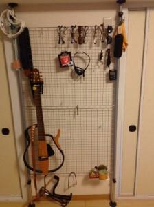 メッシュラックにサイレントギター